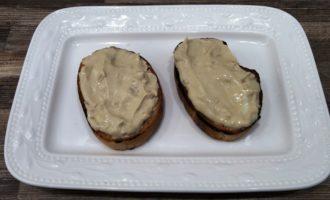 жареные бутерброды со шпротами и огурцом с фото