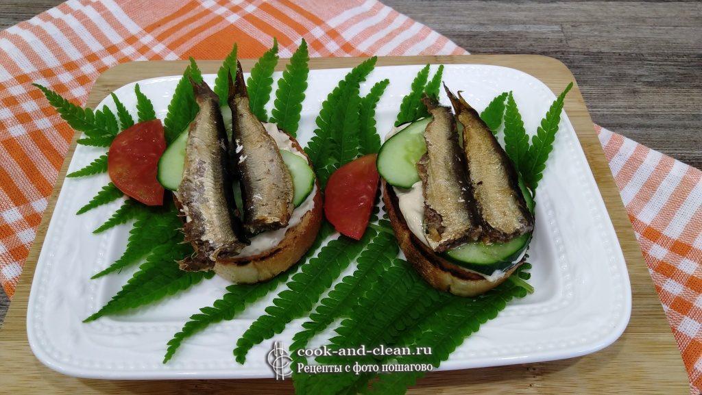 жареные бутерброды со шпротами и огурцом