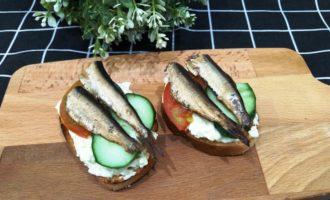 как приготовить бутерброды со шпротами помидорами и огурцом