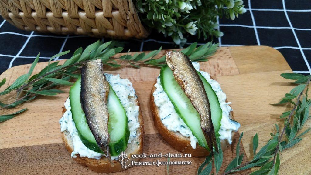 простые бутерброды со шпротами и огурцом