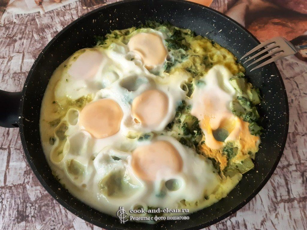 Вкусная яичница с кабачком и шпинатом