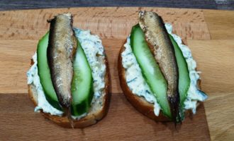как приготовить простые бутерброды со шпротами и огурцом