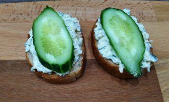 простые бутерброды со шпротами и огурцом пошагово