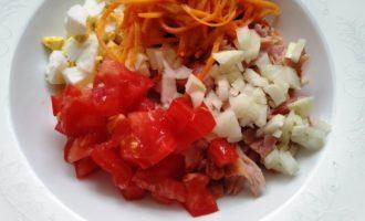салат с копченой курицей корейской морковью и помидорами с фото