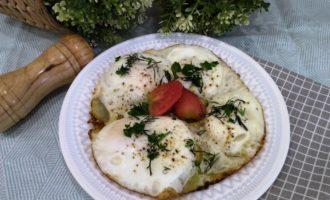 яичница с кабачками на сковороде