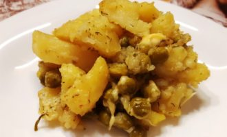 Картошка в духовке с горошком