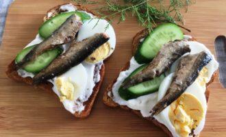 бутерброды со шпротами огурцом и яйцом