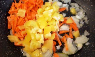 гречка с овощами и грибами на сковороде