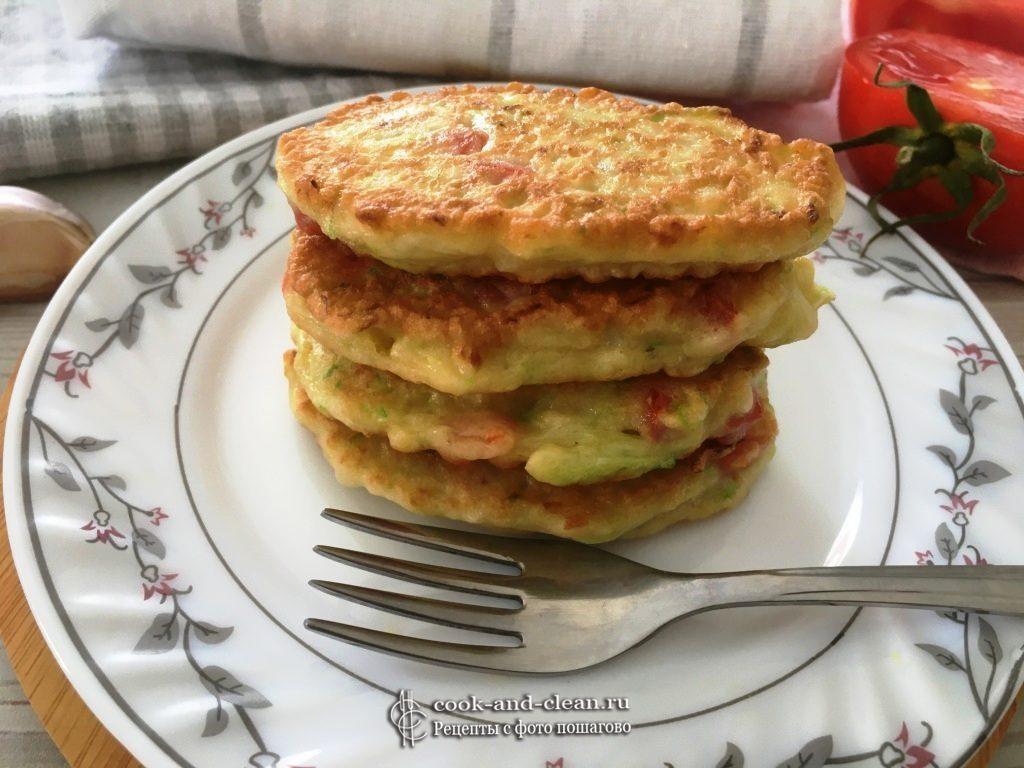 как приготовить оладьи из кабачков с помидорами