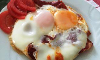 как приготовить яичница с помидорами и ветчиной