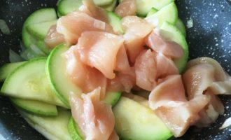 курица с кабачками в сливочном соусе пошагово