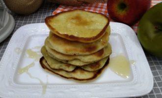 оладьи на молоке с яблоками