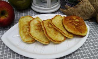 оладьи с яблоками на сковороде