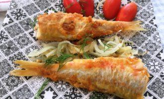 рыба с луком на сковороде