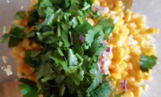 Вкусный салат с кальмарами и кукурузой