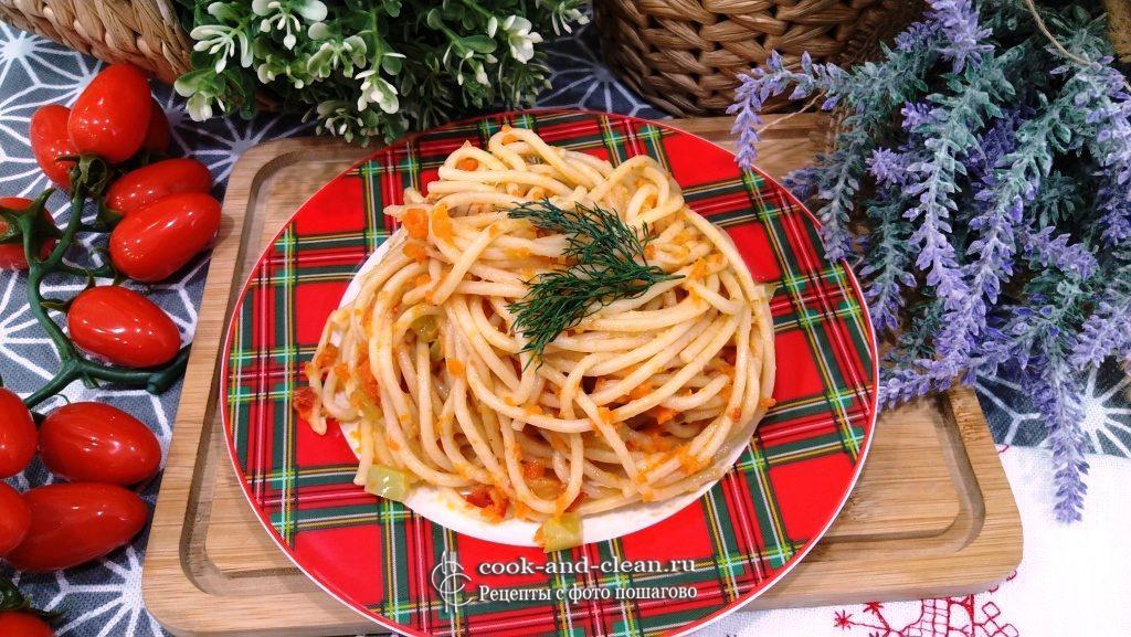 спагетти с овощами на сковороде