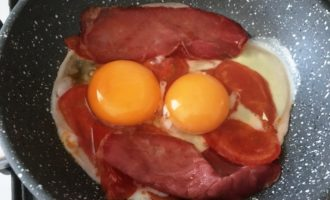 яичница с помидорами и ветчиной с фото