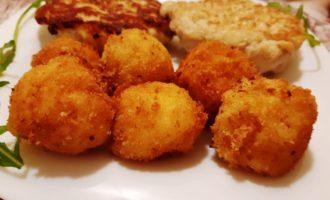 Картофельные шарики из пюре во фритюре