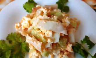 Простой салат с кальмарами и огурцом
