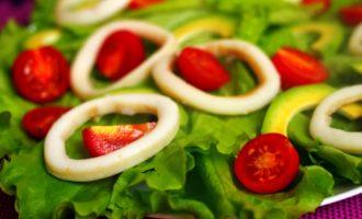вкусный салат с кальмарами пошагово