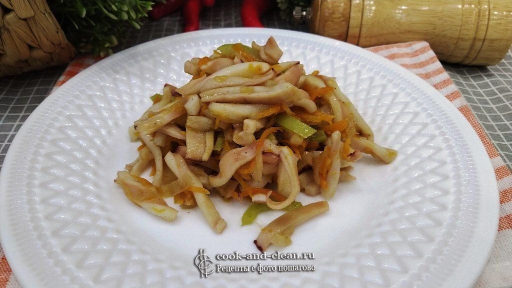 кальмары с луком и морковью на сковороде