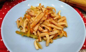 кальмары с луком и морковью