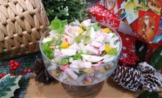 крабовый салат с солёным огурцом