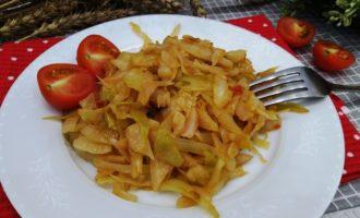 тушеная капуста с луком и помидорами