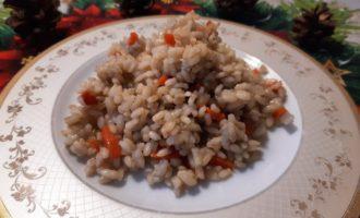 Бурый рис с овощами на сковороде