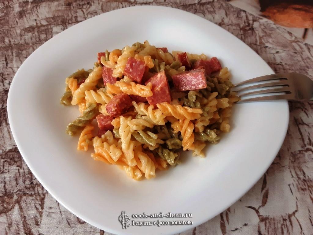 Макароны с жареной колбасой