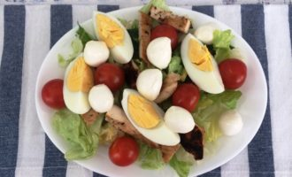 Салат Цезарь с курицей и помидорами пошагово