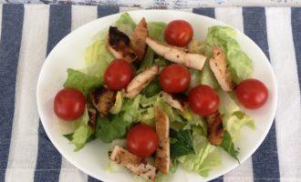 Салат Цезарь с курицей и помидорами рецепт с фото