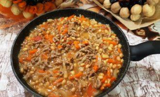 Фарш с фасолью в томатном соусе