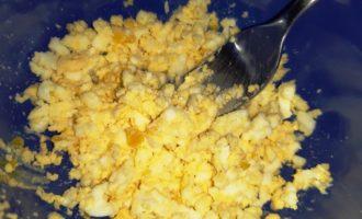Кальмаровый салат с яйцом и луком