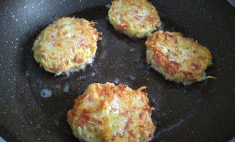 драники с сыром и колбасой пошаговый