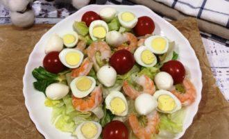 как приготовить салат Цезарь с креветками простой