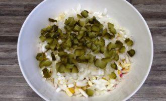 крабовый салат с солёным огурцом пошаговый