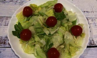 салат Цезарь с креветками простой фото