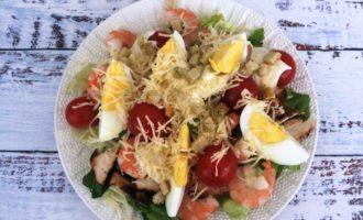 салат Цезарь с курицей и креветками пошагово с фото