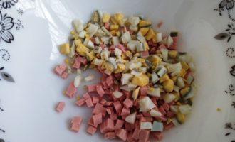 салат с корейской морковью и колбасой фото