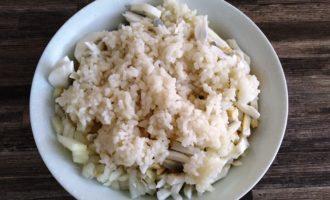 салат с крабовыми палочками и кальмаром пошагово