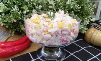 салат с крабовыми палочками и кальмаром