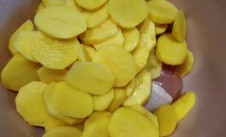 сочные голени в духовке с картошкой