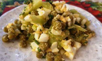 Вкусный салат с горошком и яйцом