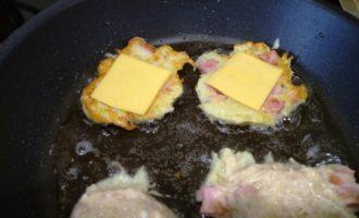 Драники с сосисками и сыром пошаговый