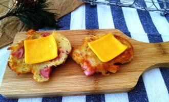 Драники с сосисками и сыром
