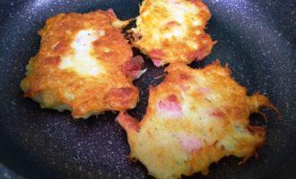 Драники с сыром и сосисками пошаговый