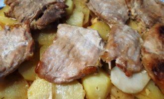 Замаринованная свинина в духовке с картошкой