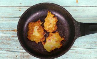 Картофельные драники с сосисками на сковороде пошагово