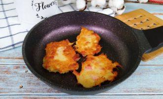 Картофельные драники с сосисками на сковороде пошаговый